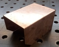 Gekantete Blechteile aus Kupfer als Maschinenabdeckung