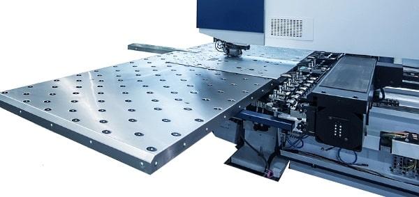 Ansicht einer CNC-gesteuerten Stanzmaschine für die Bearbeitung von Blech
